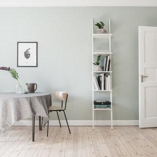 Idéer för mellanstora nordiska matplatser med öppen planlösning, med gröna väggar och ljust trägolv