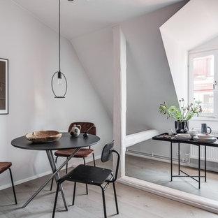 Inredning av en skandinavisk matplats, med vita väggar, ljust trägolv och beiget golv