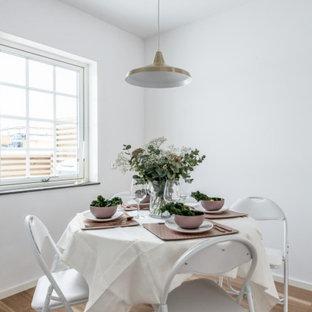 Inspiration för minimalistiska kök med matplatser, med vita väggar, laminatgolv och brunt golv