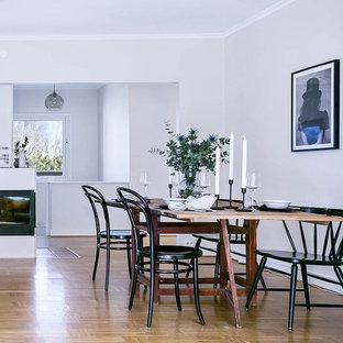 Exempel på en stor skandinavisk matplats med öppen planlösning, med vita väggar, ljust trägolv och beiget golv