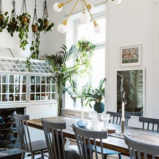 Inspiration för eklektiska matplatser, med vita väggar, ljust trägolv och beiget golv