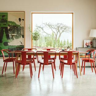 Inspiration för en funkis matplats, med beige väggar, betonggolv och grått golv