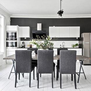 Inspiration för ett stort minimalistiskt kök med matplats, med svarta väggar, målat trägolv och vitt golv