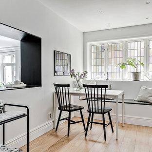 Idéer för ett litet nordiskt kök med matplats, med vita väggar, beiget golv och ljust trägolv