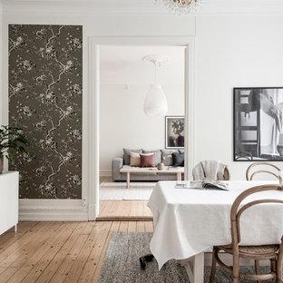 Foto på en skandinavisk separat matplats, med vita väggar, mellanmörkt trägolv och beiget golv