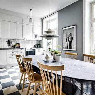 Foto på ett stort skandinaviskt kök med matplats, med grå väggar, linoleumgolv och flerfärgat golv