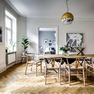 Idéer för stora minimalistiska matplatser, med mellanmörkt trägolv, beiget golv och beige väggar