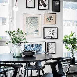 Bild på en stor nordisk matplats med öppen planlösning, med vita väggar, ljust trägolv och grått golv