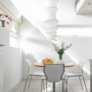 Inredning av en modern matplats, med vita väggar och vitt golv