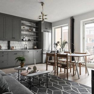 Inspiration för skandinaviska matplatser med öppen planlösning, med vita väggar, ljust trägolv och beiget golv