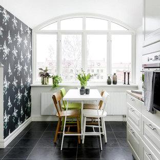 Inspiration för mellanstora nordiska kök med matplatser, med flerfärgade väggar och svart golv