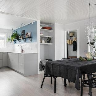 Inspiration för en mellanstor nordisk matplats med öppen planlösning, med blå väggar och ljust trägolv