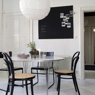 Foto de comedor nórdico, pequeño, abierto, sin chimenea, con paredes blancas y suelo de madera pintada