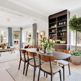 Inspiration för en mellanstor vintage matplats, med vita väggar och ljust trägolv