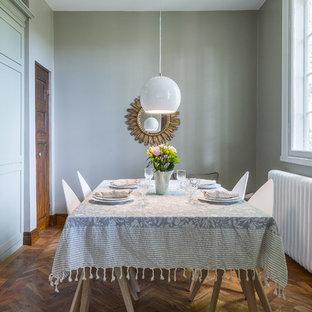 Inspiration för mellanstora klassiska separata matplatser, med gröna väggar och mellanmörkt trägolv