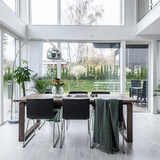 Idéer för en stor modern matplats med öppen planlösning, med ljust trägolv och grått golv