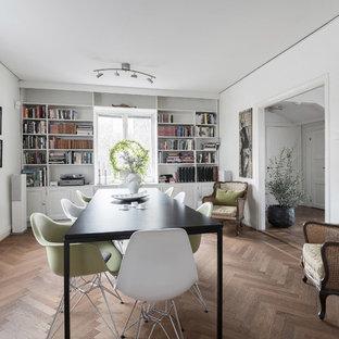 Skandinavisk inredning av en mellanstor separat matplats, med vita väggar, mellanmörkt trägolv och brunt golv