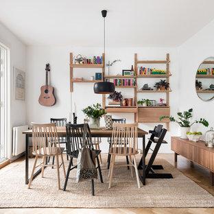 Exempel på en mellanstor nordisk matplats, med vita väggar, brunt golv och ljust trägolv
