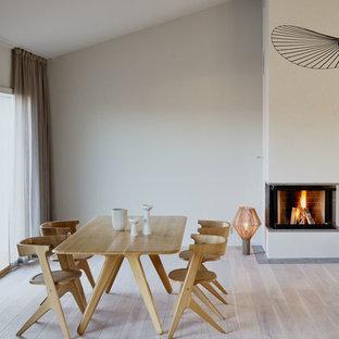 Foto på en stor nordisk matplats med öppen planlösning, med vita väggar och ljust trägolv