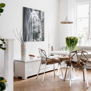 Foto på en mellanstor nordisk matplats med öppen planlösning, med vita väggar och mellanmörkt trägolv