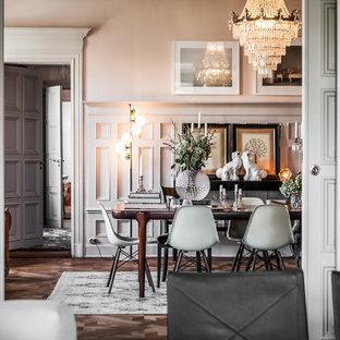 Cette photo montre une grand salle à manger scandinave avec un mur blanc, un sol en bois foncé et aucune cheminée.