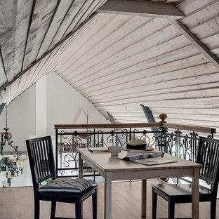 Kleines Shabby-Look Esszimmer mit beiger Wandfarbe, hellem Holzboden und beigem Boden in Sonstige