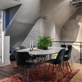Modern inredning av en mellanstor matplats, med grå väggar och ljust trägolv