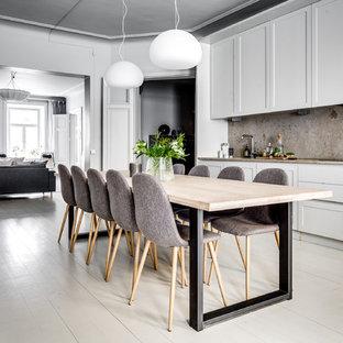 Idéer för en klassisk matplats, med vita väggar, målat trägolv och vitt golv