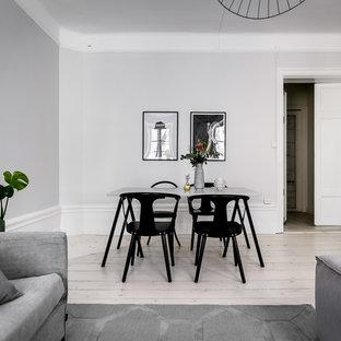 Idéer för mellanstora nordiska matplatser, med ljust trägolv, grå väggar och beiget golv
