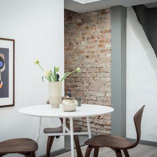 Bild på en mellanstor funkis matplats med öppen planlösning, med vita väggar och grått golv
