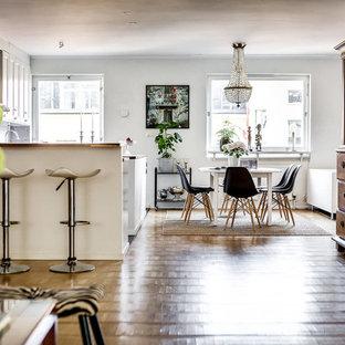 Idéer för en mellanstor klassisk matplats, med vita väggar och mellanmörkt trägolv