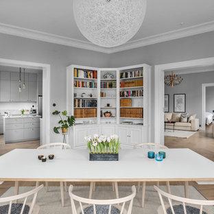 Idéer för en mellanstor minimalistisk matplats, med grå väggar, mellanmörkt trägolv och beiget golv
