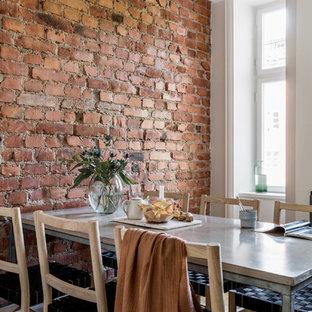 Réalisation d'une salle à manger chalet avec un mur orange.