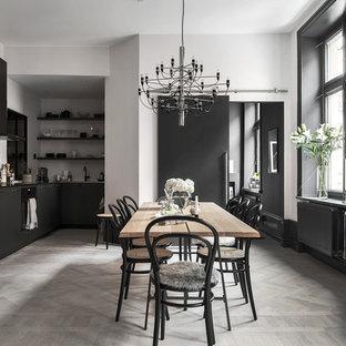 Inredning av ett skandinaviskt kök med matplats, med vita väggar, ljust trägolv och grått golv