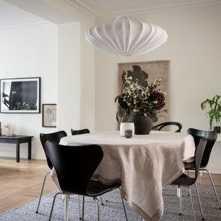 Exempel på en modern matplats, med vita väggar, mellanmörkt trägolv och brunt golv