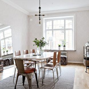 Idéer för nordiska separata matplatser, med vita väggar, ljust trägolv och beiget golv
