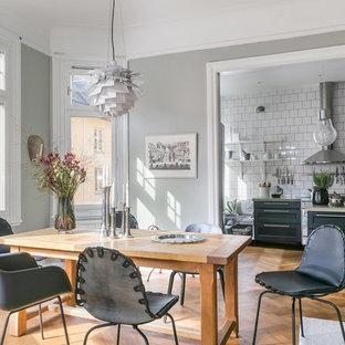 Inspiration för skandinaviska matplatser, med grå väggar och mellanmörkt trägolv