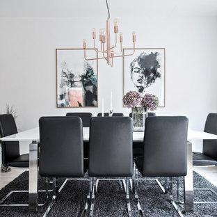 Inspiration för en mellanstor funkis separat matplats, med vita väggar, ljust trägolv och beiget golv