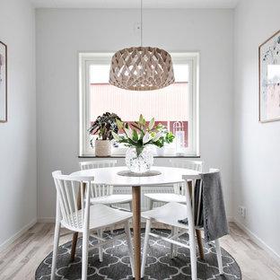 Inspiration för en liten nordisk separat matplats, med vita väggar, ljust trägolv och beiget golv