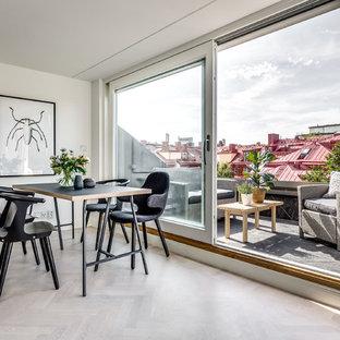 Inspiration för en stor funkis matplats med öppen planlösning, med vita väggar, ljust trägolv och beiget golv