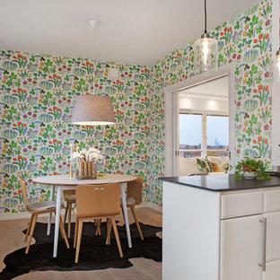 Idéer för ett mellanstort 50 tals kök med matplats, med flerfärgade väggar och ljust trägolv