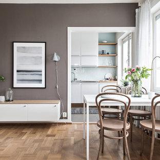 Idéer för att renovera en skandinavisk matplats, med bruna väggar, mellanmörkt trägolv och beiget golv