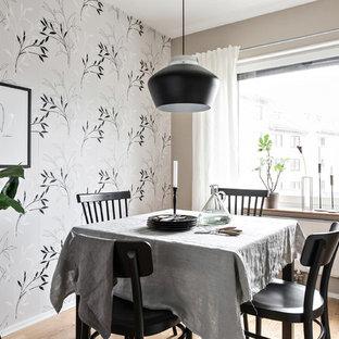 Inspiration för små minimalistiska matplatser, med grå väggar, mellanmörkt trägolv och brunt golv