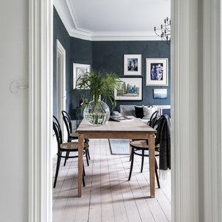 Idéer för en nordisk matplats, med svarta väggar, ljust trägolv och beiget golv