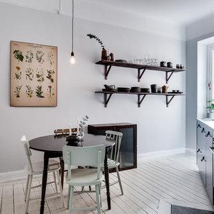 Idéer för ett mellanstort skandinaviskt kök med matplats, med grå väggar och målat trägolv