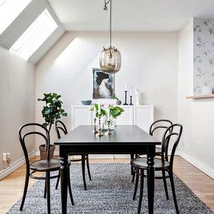 Inredning av en minimalistisk mellanstor matplats, med vita väggar, beiget golv och ljust trägolv