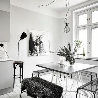 Exempel på ett mellanstort skandinaviskt kök med matplats, med vita väggar och målat trägolv