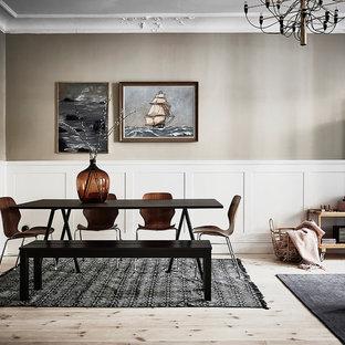 Foto på en mellanstor vintage matplats, med grå väggar, ljust trägolv och beiget golv