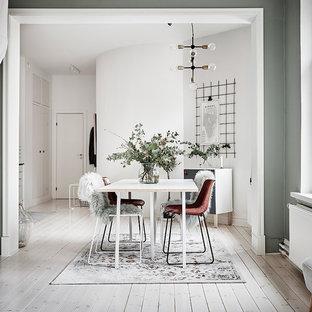 Inspiration för stora skandinaviska matplatser med öppen planlösning, med ljust trägolv, vitt golv och gröna väggar