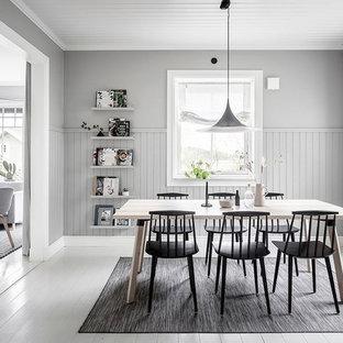 Inspiration för en minimalistisk separat matplats, med grå väggar, målat trägolv och vitt golv
